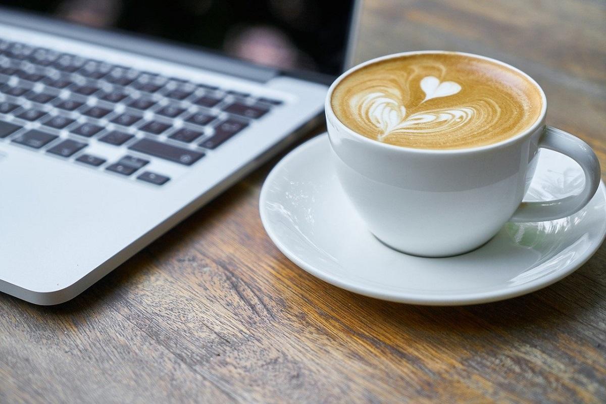 珈琲とノートパソコンの画像