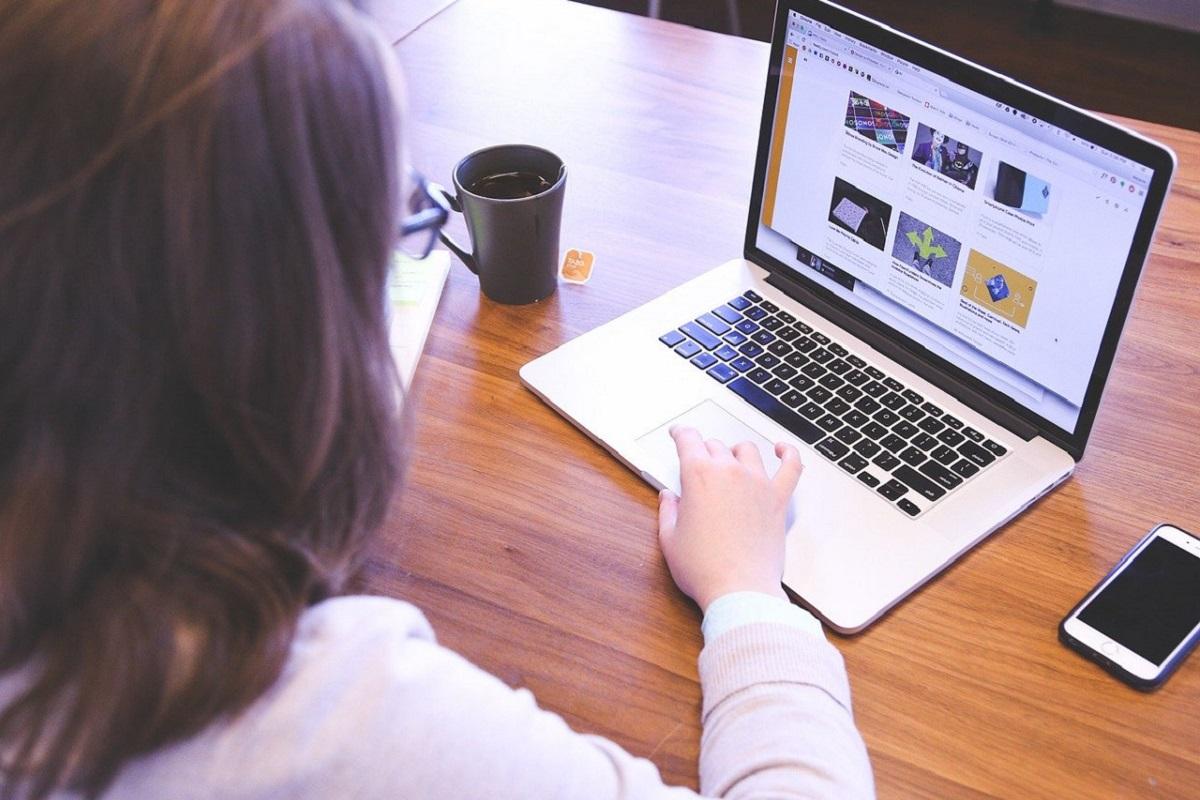 パソコン作業をしている女性の画像