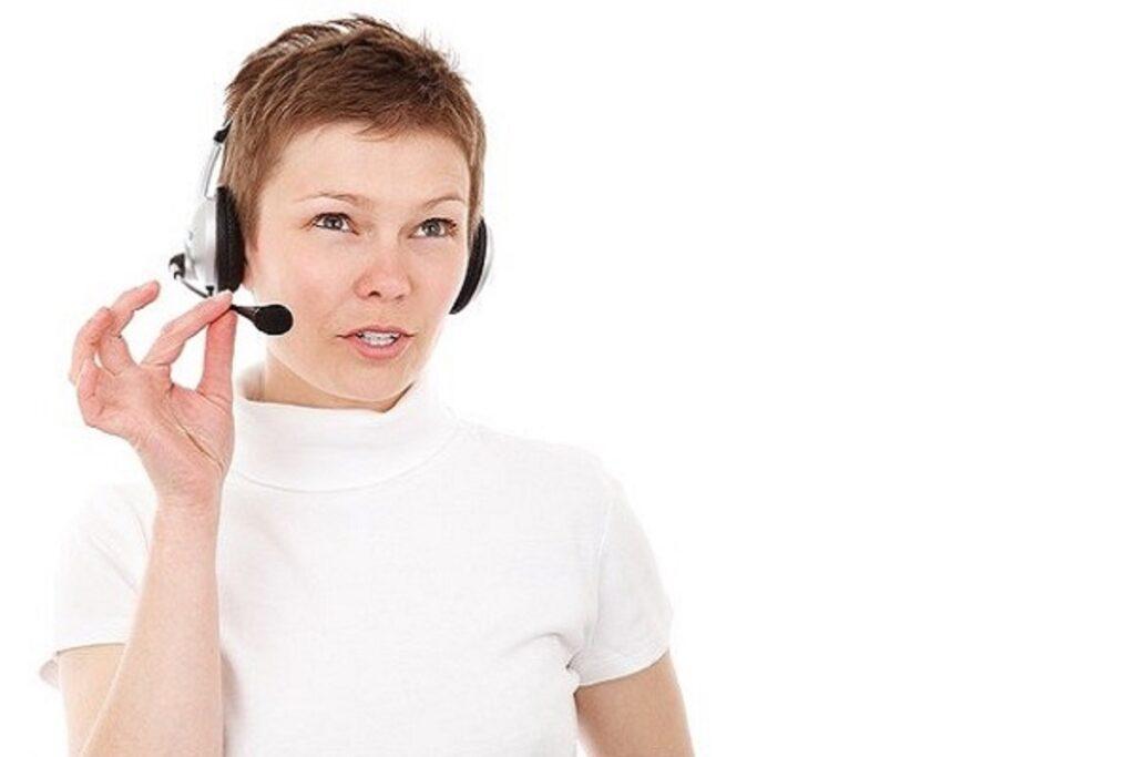 ヘッドセットをつけて話す女性の画像