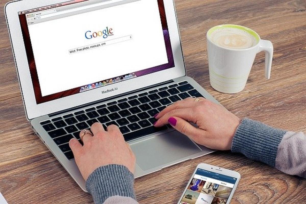 パソコンでグーグル検索をしている画像
